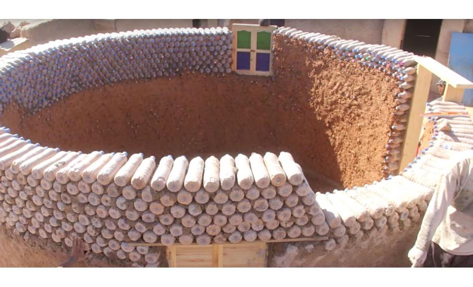 Ce réfugié construit des maisons solides et écologiques avec des bouteilles recyclées (vidéo)